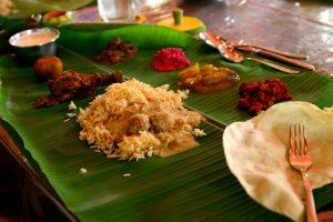 nourriture indienne sur feuille de bananier