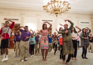 cours de danse Bollywood avec Michelle Obama