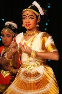 danseuse pratiquant le barathnatyam