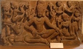 séance de yoga sculptée sur un bas-relief