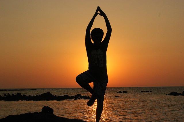 Pratique journalière du yoga, un professeur qui voyage avec nous, l'exploration de l'Inde.